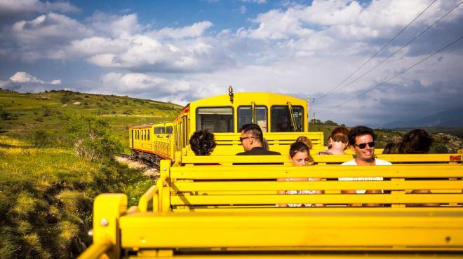 Le train jaune en été